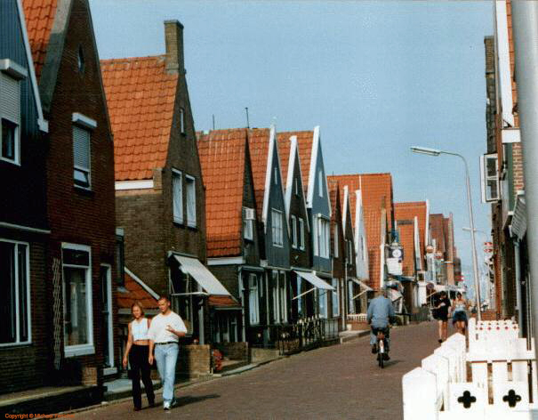 [Volendam Street - Click on image to return to Volendam & Zaanse Schans]